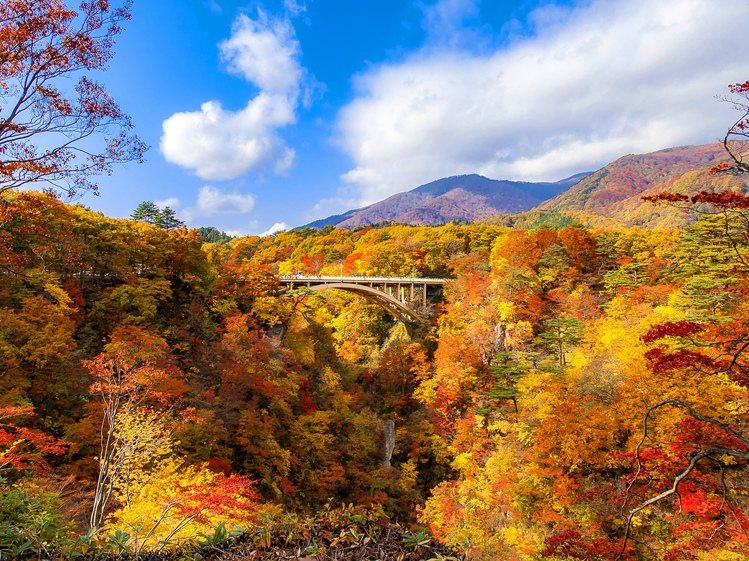 鳴子峽為日本東北著名的賞楓景點。圖/易遊網提供