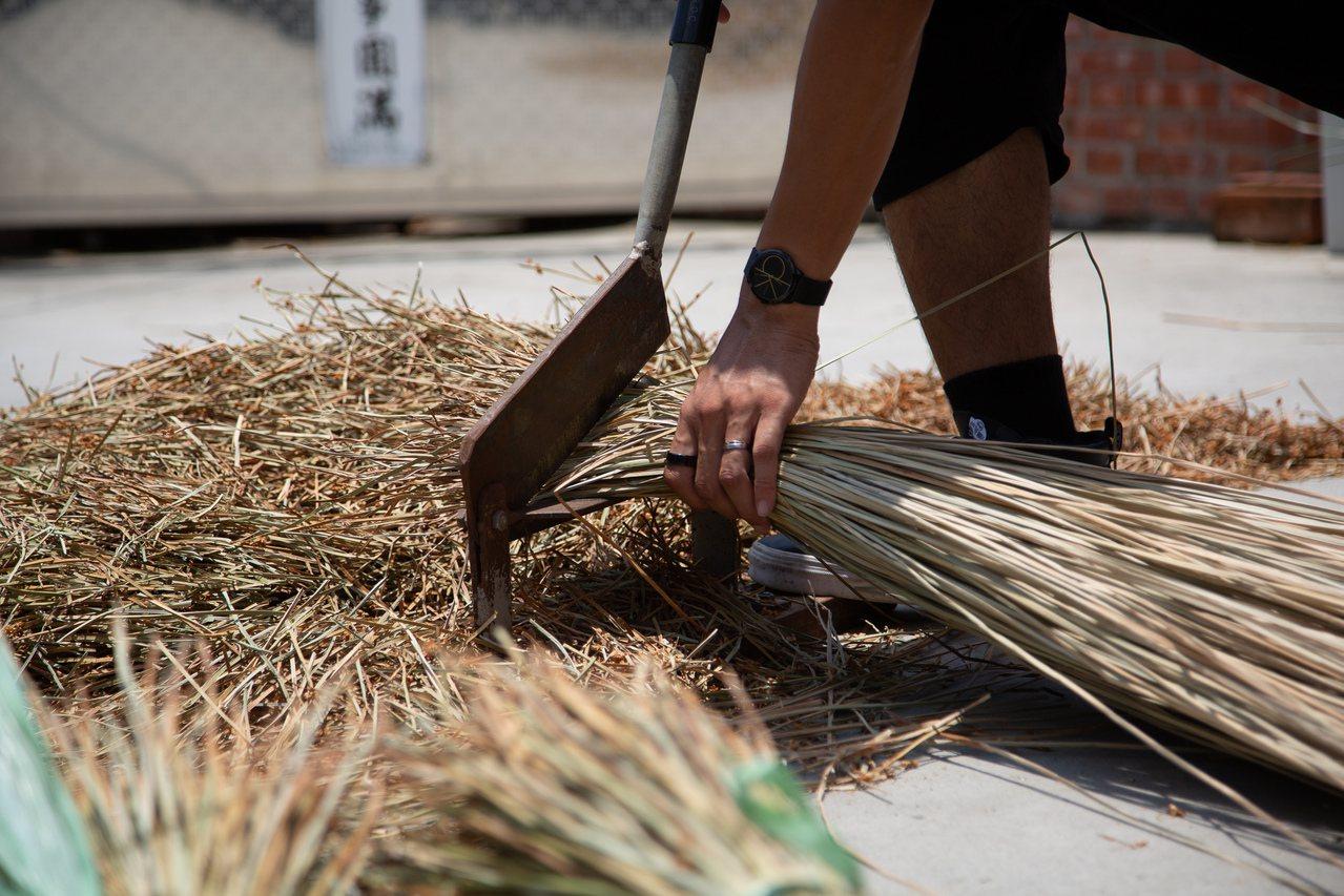藺草草料處理。圖/藺子提供