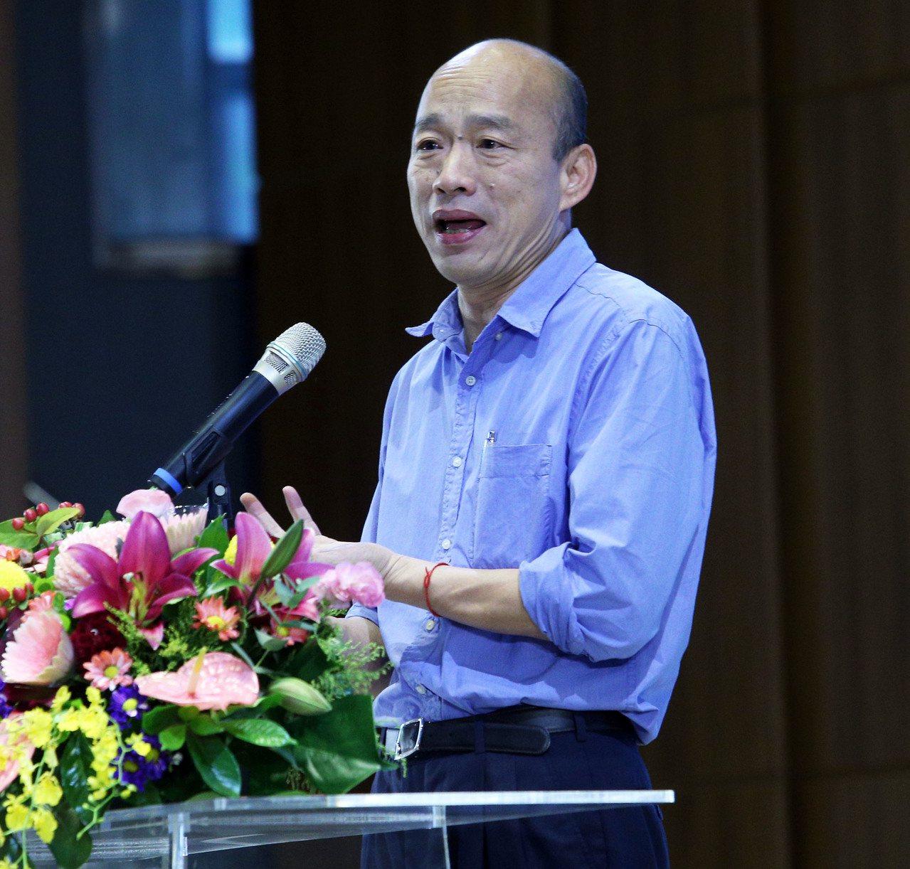 高雄市長韓國瑜今天受訪時表示,市府是有機體,分層負責,他每天都在批公文。記者劉學...