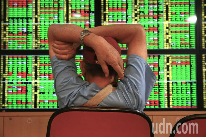 台股今(15)日盤中最低觸及10,287點,終場指數收在10,327.13點,下跌100.6點。 記者黃義書/攝影
