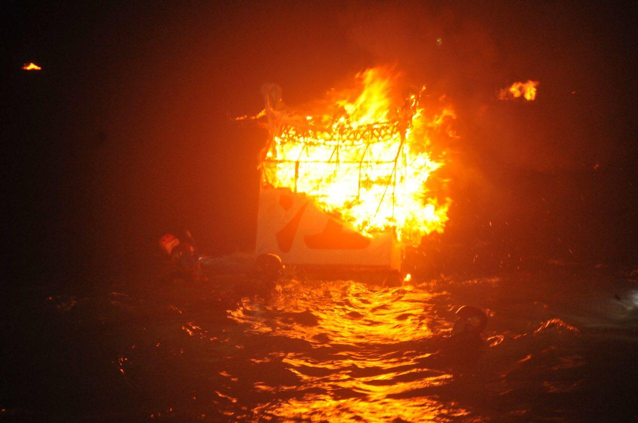 各姓氏宗親會的水燈隨著潮水漂流出去,漂的越遠,燒得越旺,代表著姓氏家族的運勢也會...