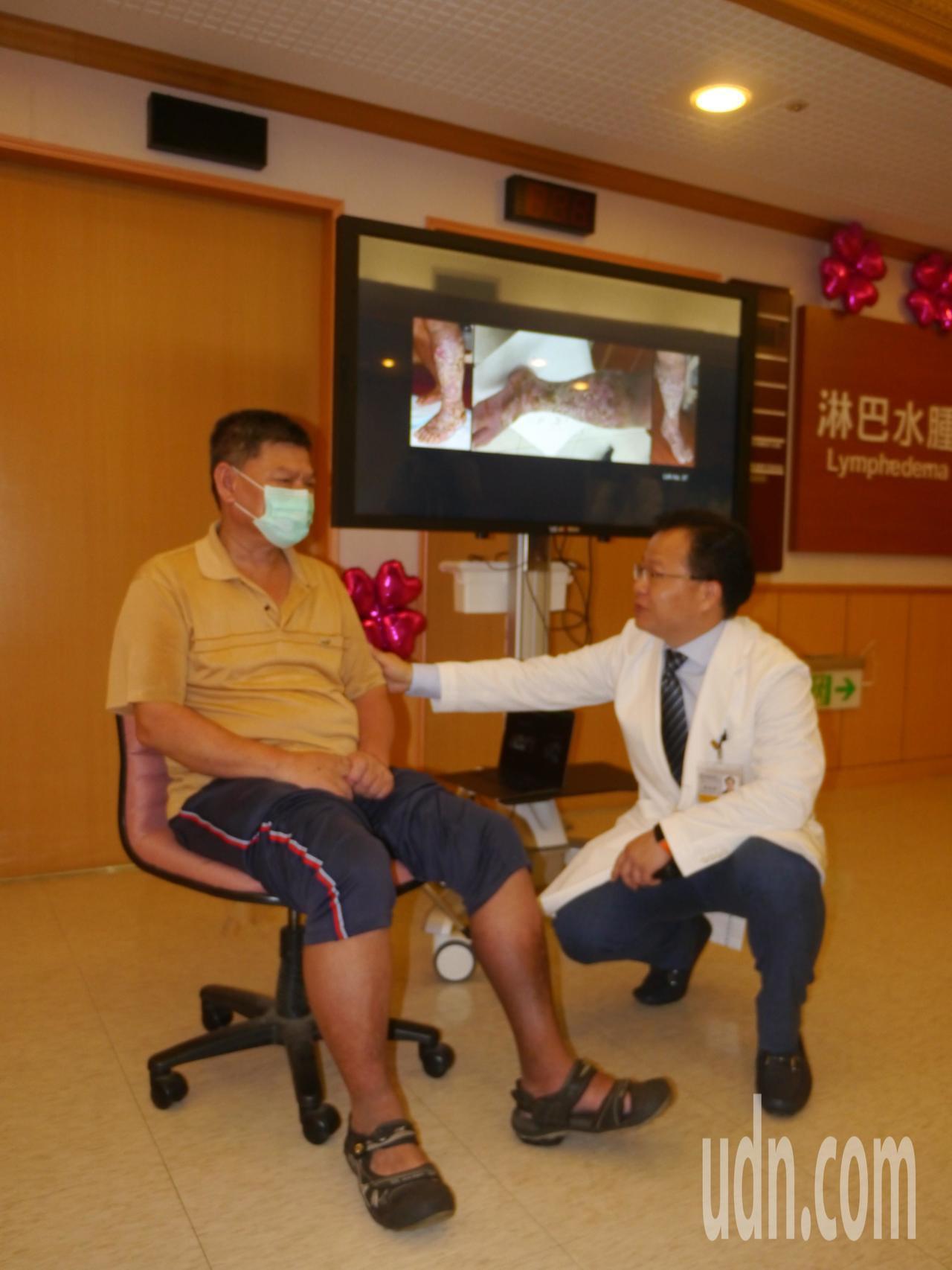 王姓病友,3年前左小腿出現淋巴水腫,當時傷口很多,他形容就像「生菇(發霉)」一樣...