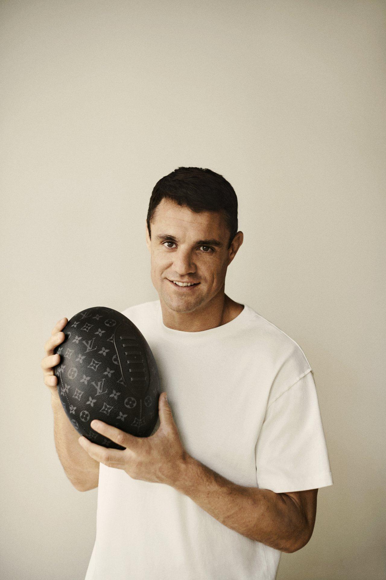 路易威登與橄欖球接球前衛丹.卡特合作,推出品牌史上首個橄欖球。圖/LV提供
