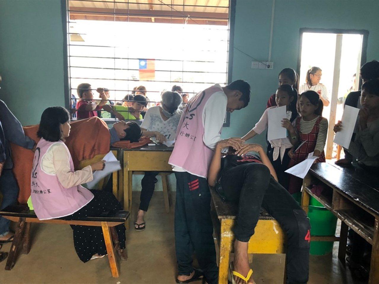 弘光科大學生當志工進行口腔衛教。圖/弘光科技大學提供