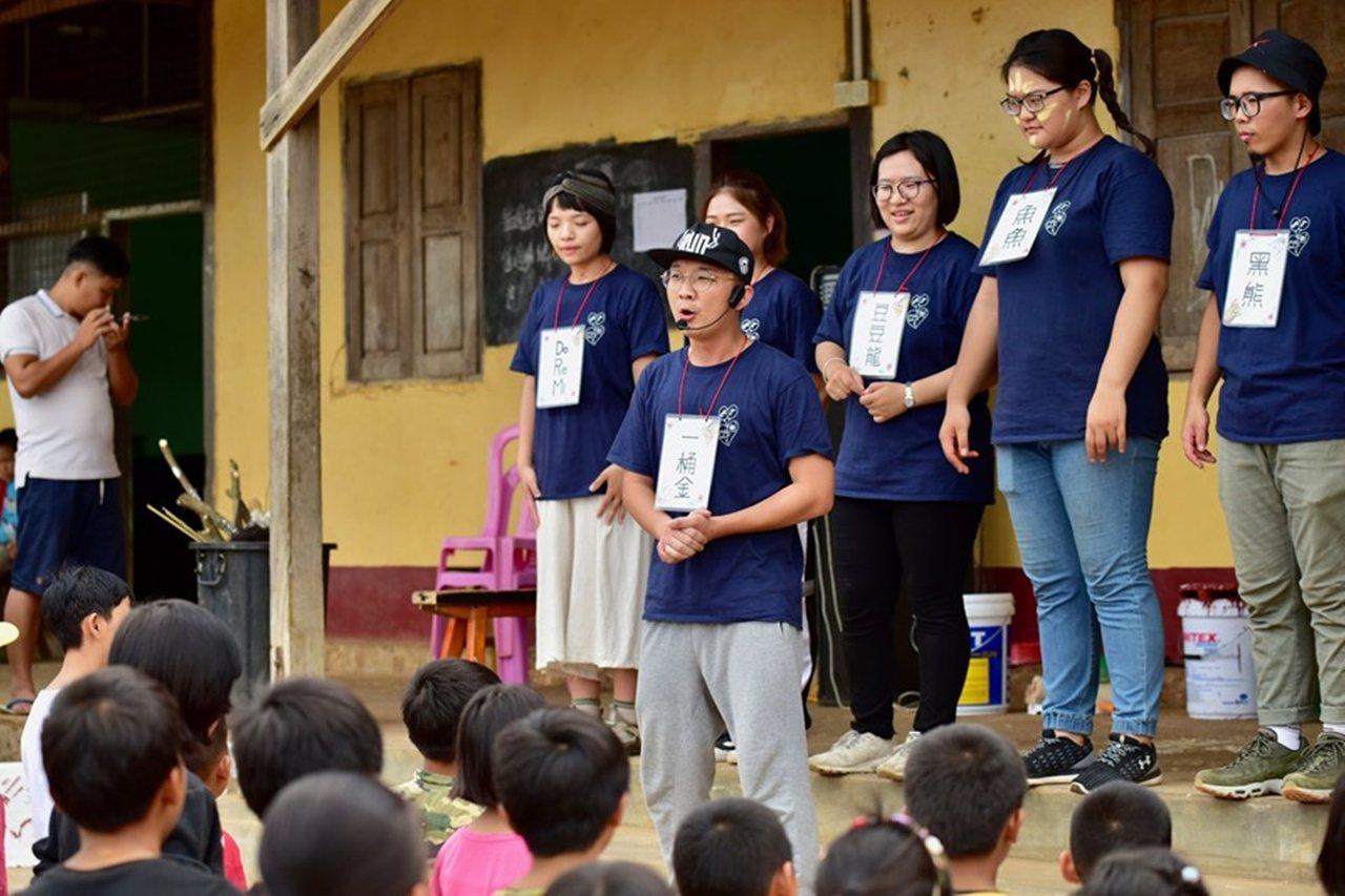 弘光科大學生在緬甸臘戌教小朋友上課。圖/弘光科技大學提供