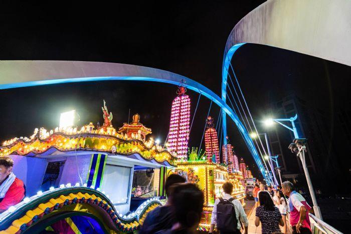 參加慶讚中元的水燈排車和花車停在成功橋下,五顏六色的燈光和造型把現場襯托更美麗。...
