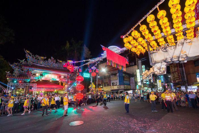 水燈排到景福宮時大廟更明亮更顯熱鬧。圖/桃園市政府新聞處提供