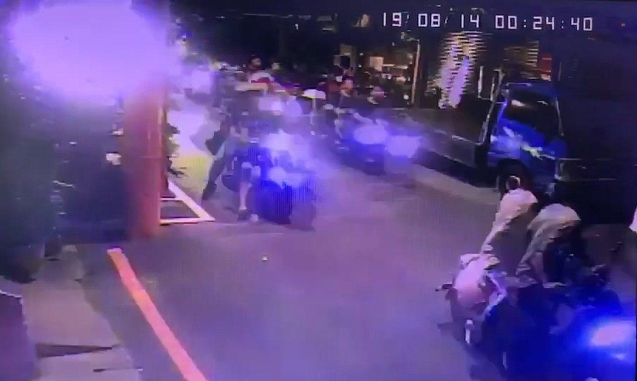 新北市土城區前晚出現一群機車族明目張膽當街施放高空煙火,嚇壞附近住戶,警方獲報到...