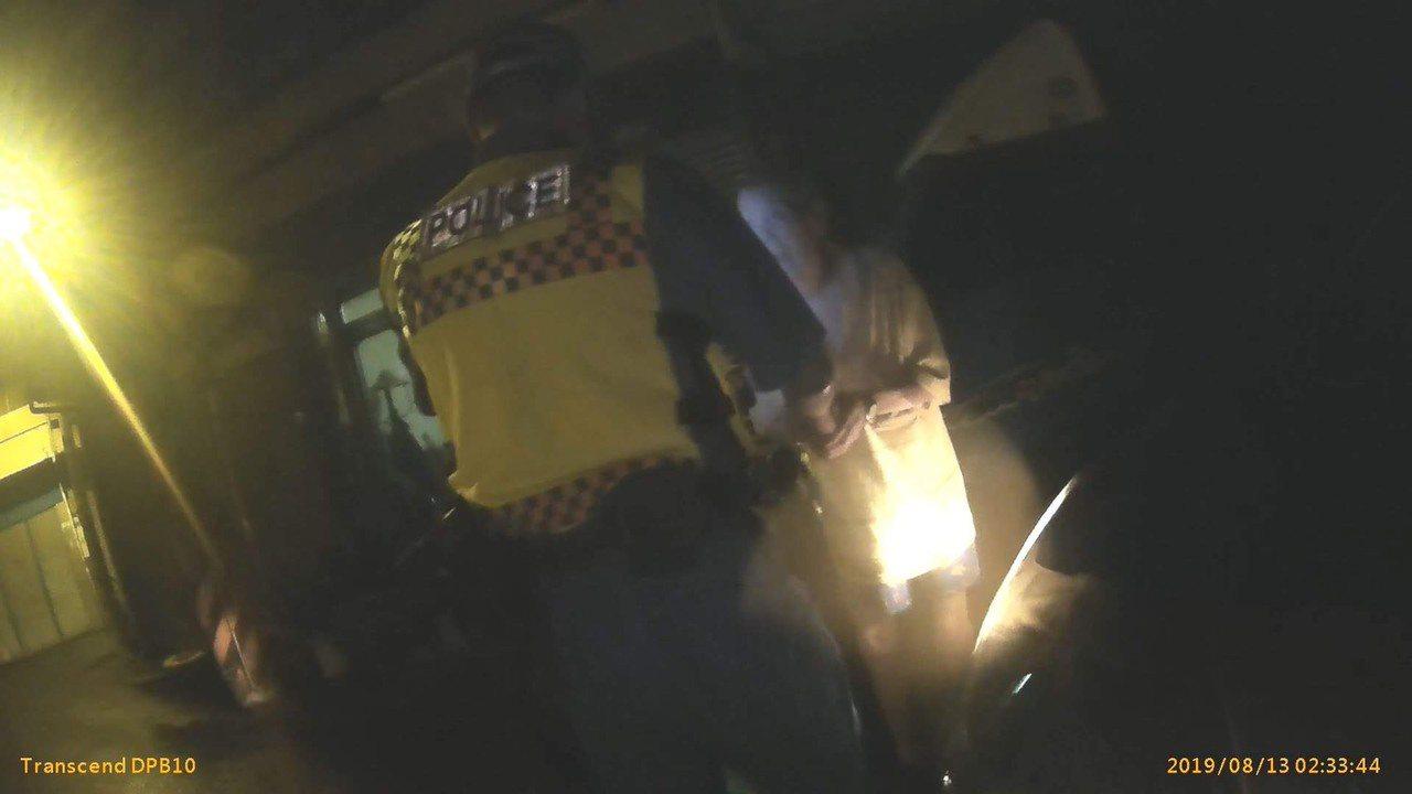 警方發現老翁穿白衣在路口晃動、趨前關心。圖/中埔分局提供