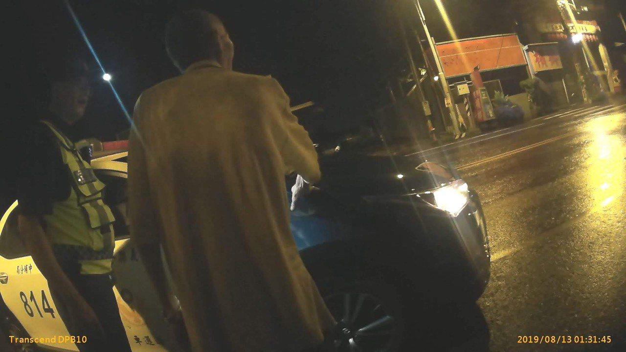 警方發現老翁穿白衣在路口晃動。圖/中埔分局提供