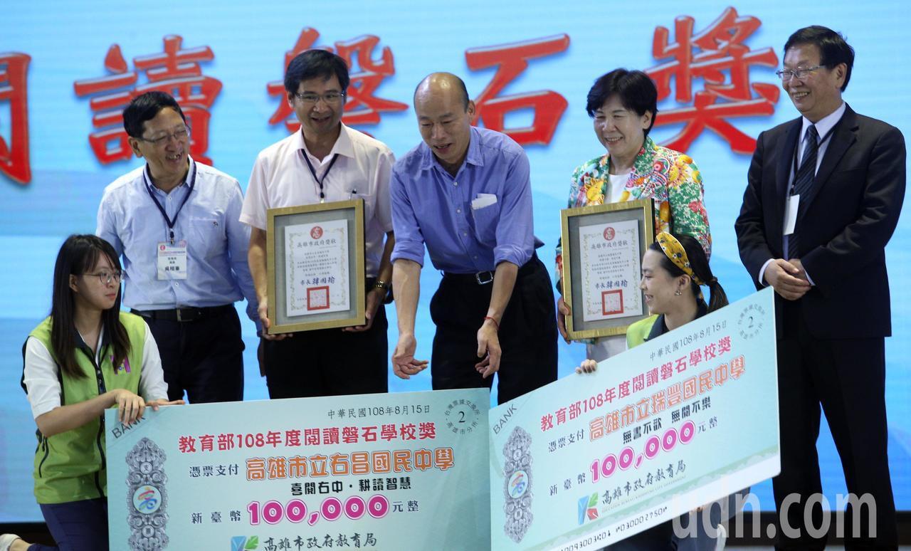 韓國瑜(右三)今天到輔英科技大學參加校長聯席會議。記者劉學聖/攝影