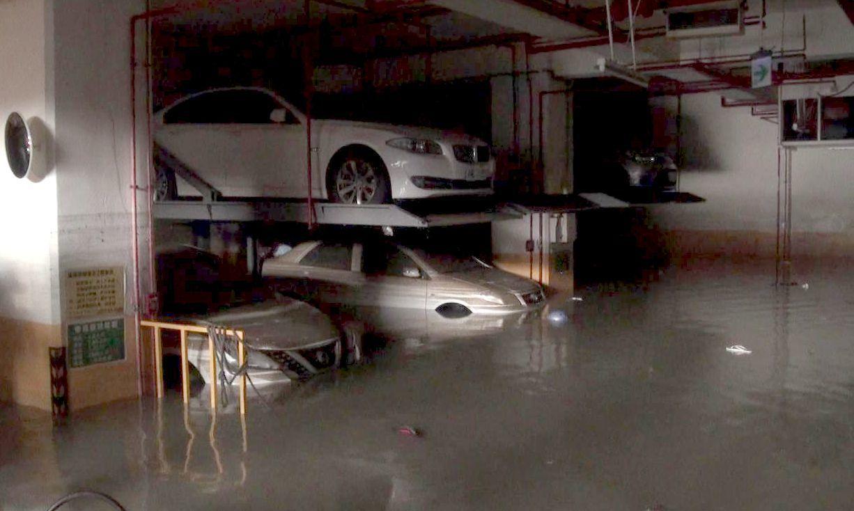 上個月高雄大雨造成一棟大樓地下室嚴重積水,最近大雨不斷,高市民政局提醒大樓、有地...