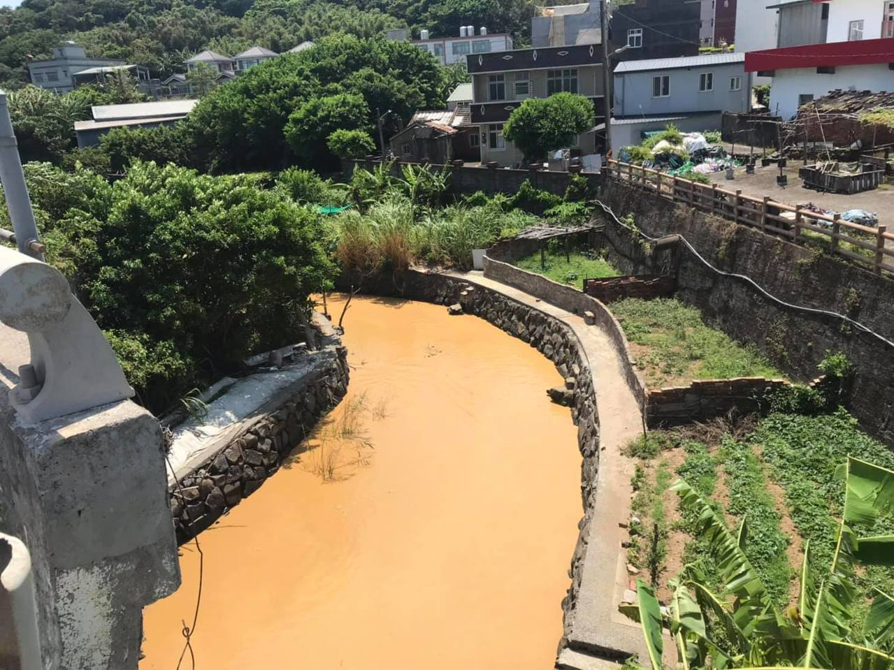 新北市石門區富基里崁子腳路一條溪流變泥流,染黃出海口。圖/北海岸全民聯盟公社提供