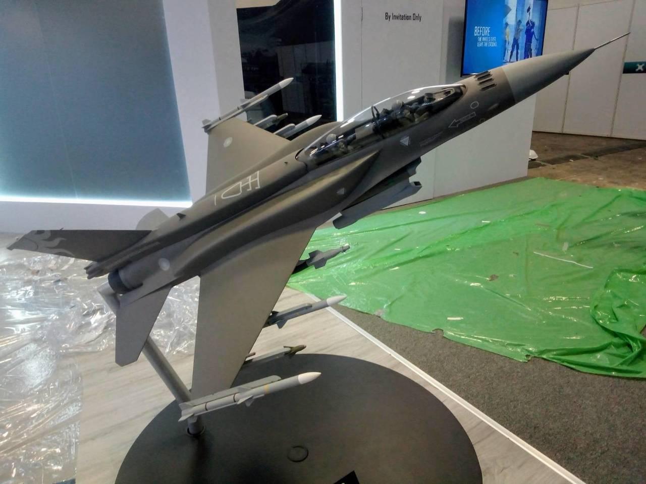 洛克希德馬丁公司展出的雙座F-16V模型。圖/讀者提供