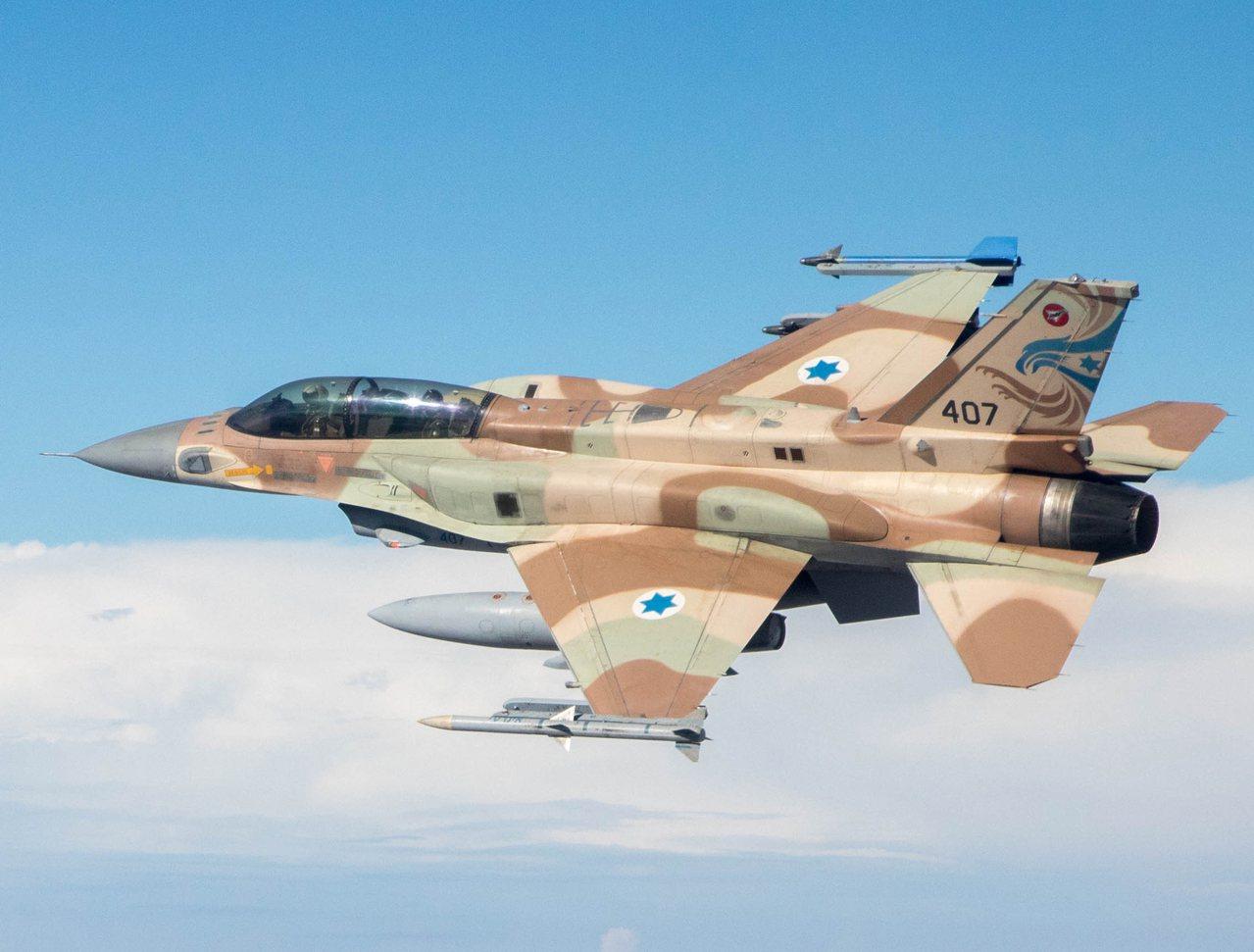 以色列空軍的雙座F-16,同樣採用「駝背」造型。圖/維基百科共享資源