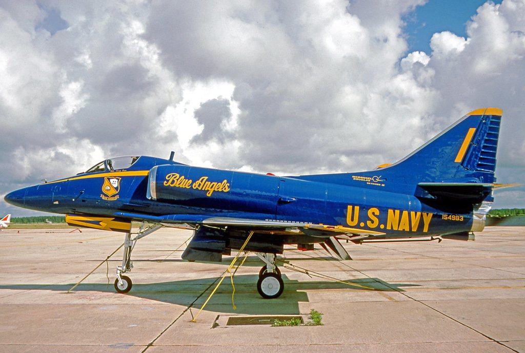 藍天使特技小組的A-4,就省略了「駝背」航電艙。圖/維基百科共享資源
