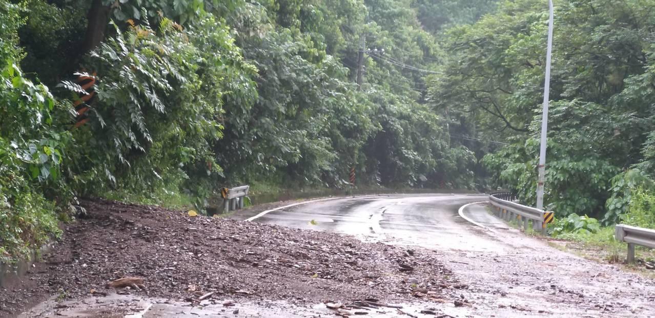 台27線六龜大津路段道路出現土石泥流。記者徐白櫻/翻攝