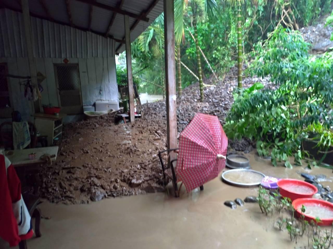 台27線六龜大津里邊坡土石下滑至民宅,所幸屋內無人。記者徐白櫻/翻攝