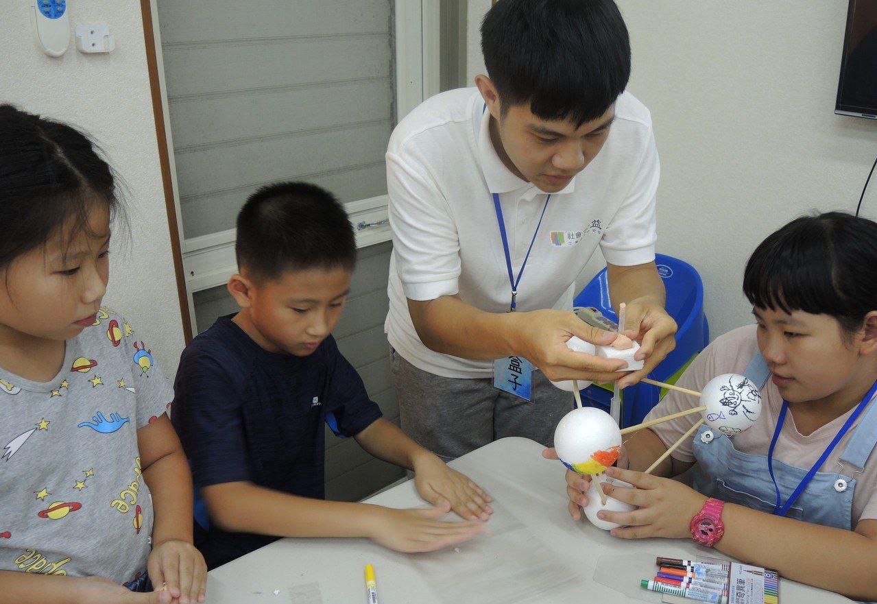 工研院兒童科技營教導小朋友運用隨手可得的材料DIY組裝波浪發電機,實際體驗波浪產...
