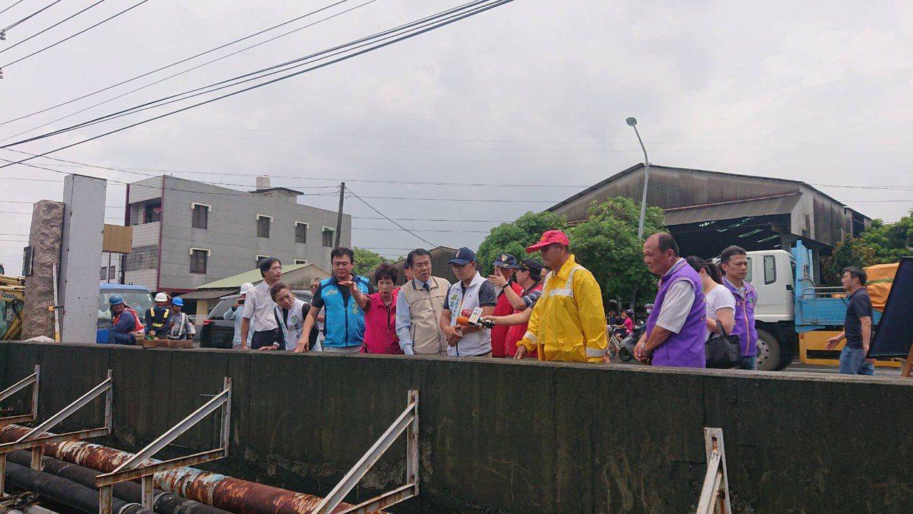 黃偉哲前往仁德排水護岸,表示將盡速勘,發放受災戶補助。記者陳俞安/攝影