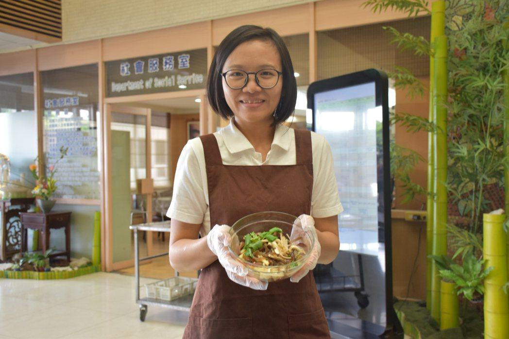 花蓮慈濟醫院營養師蘇真瑩示範涼拌酸辣木耳蔬食,讓腎友可安心食用。記者王思慧/攝影