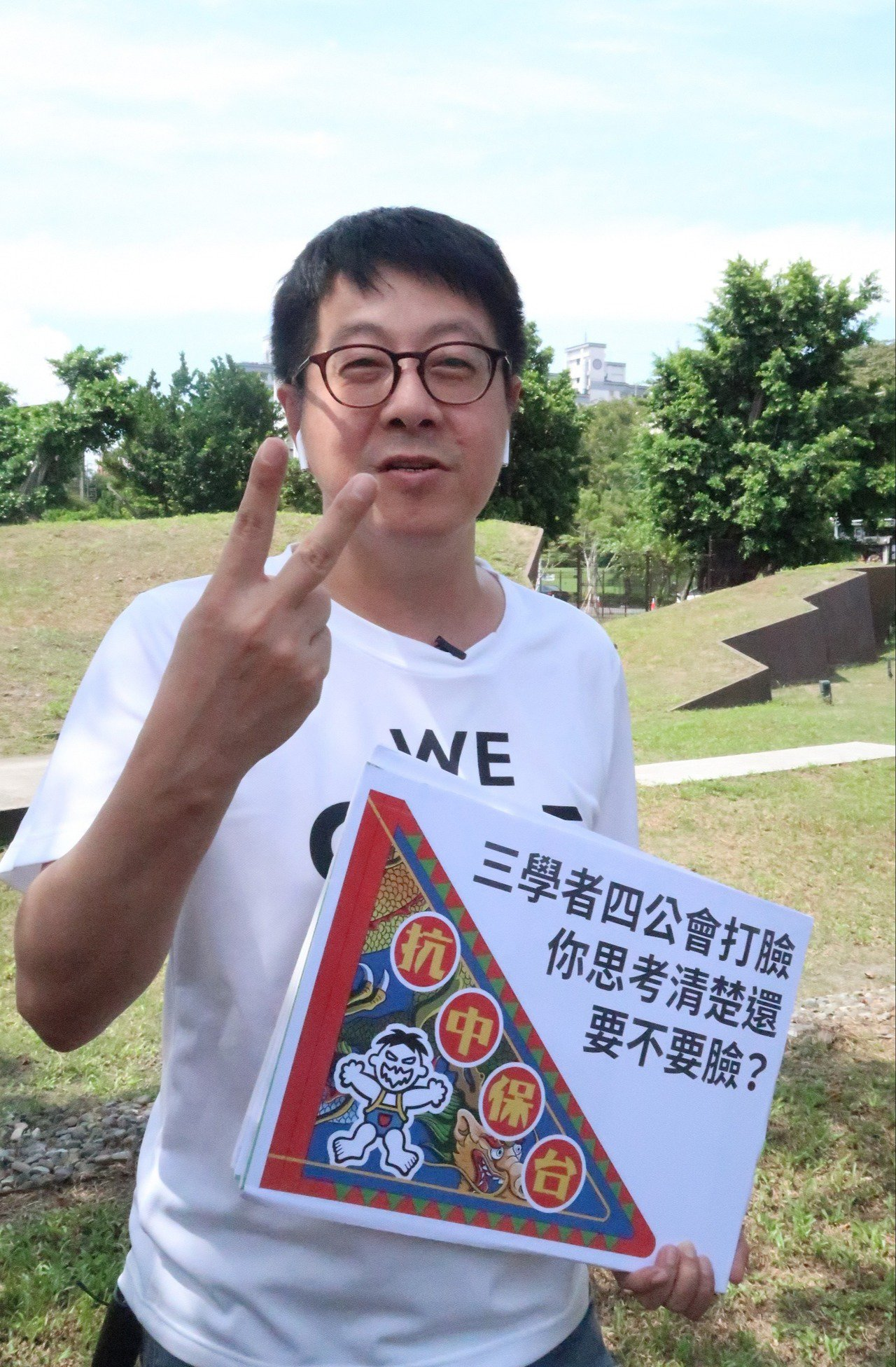 高雄市文化局前局長、Wecare高雄發起人尹立表示,這根本是市府故意要「卡」,以...