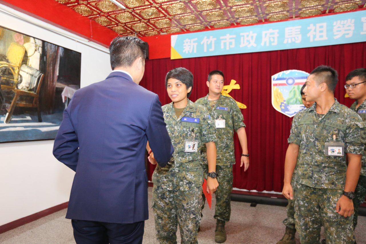 新竹市長林智堅率市府團隊赴馬祖交流,並到前線慰勞服役的新竹子弟。圖/新竹市府提供