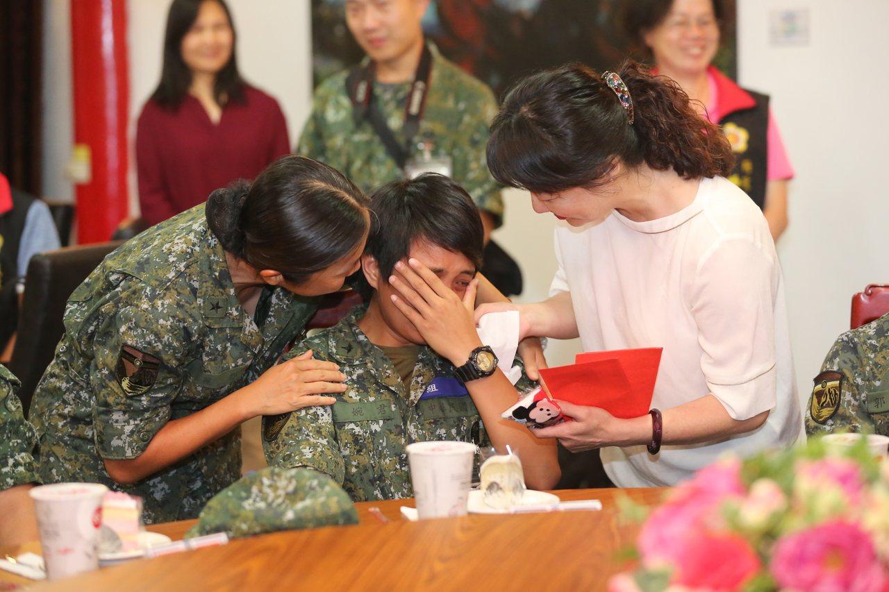新竹市府預錄「媽媽的話」影片,讓在前線服役的新竹子弟驚喜涙崩。圖/新竹市府提供