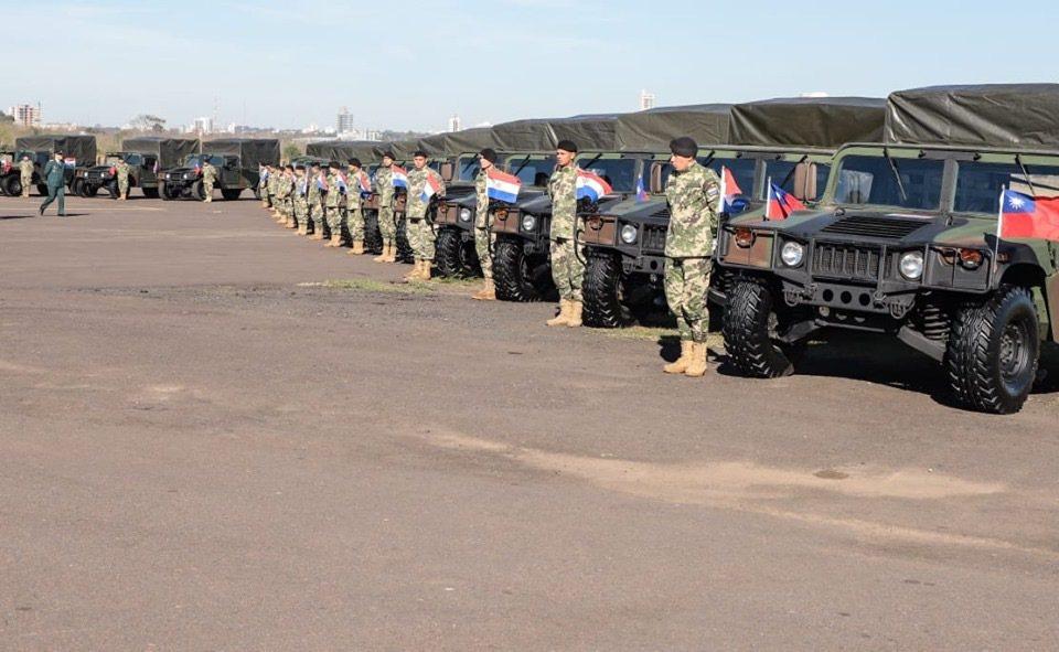 我國援贈友邦巴拉圭兩架UH-1H直升機和30輛悍馬車。圖/Mario Abdo臉...