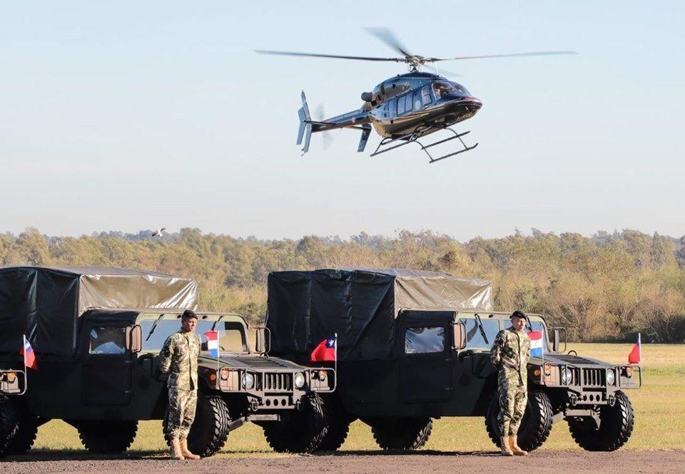 我國援贈友邦巴拉圭兩架UH-1H直升機和30輛悍馬車,嚴德發親訪巴國,在台北時間...
