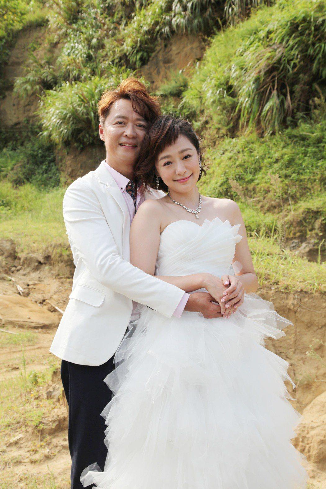 何豪傑(左)與茵芙為「大時代」到深山拍攝婚紗照,還被遊客認出。圖/三立提供