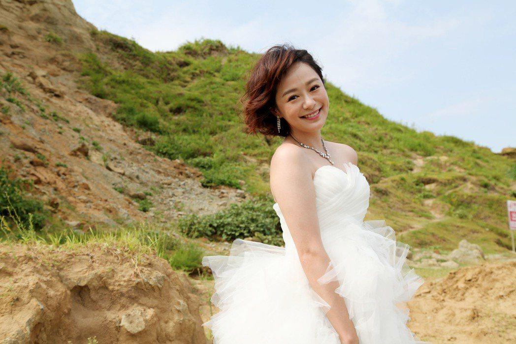 茵芙為戲拍婚紗被大風吹。圖/三立提供