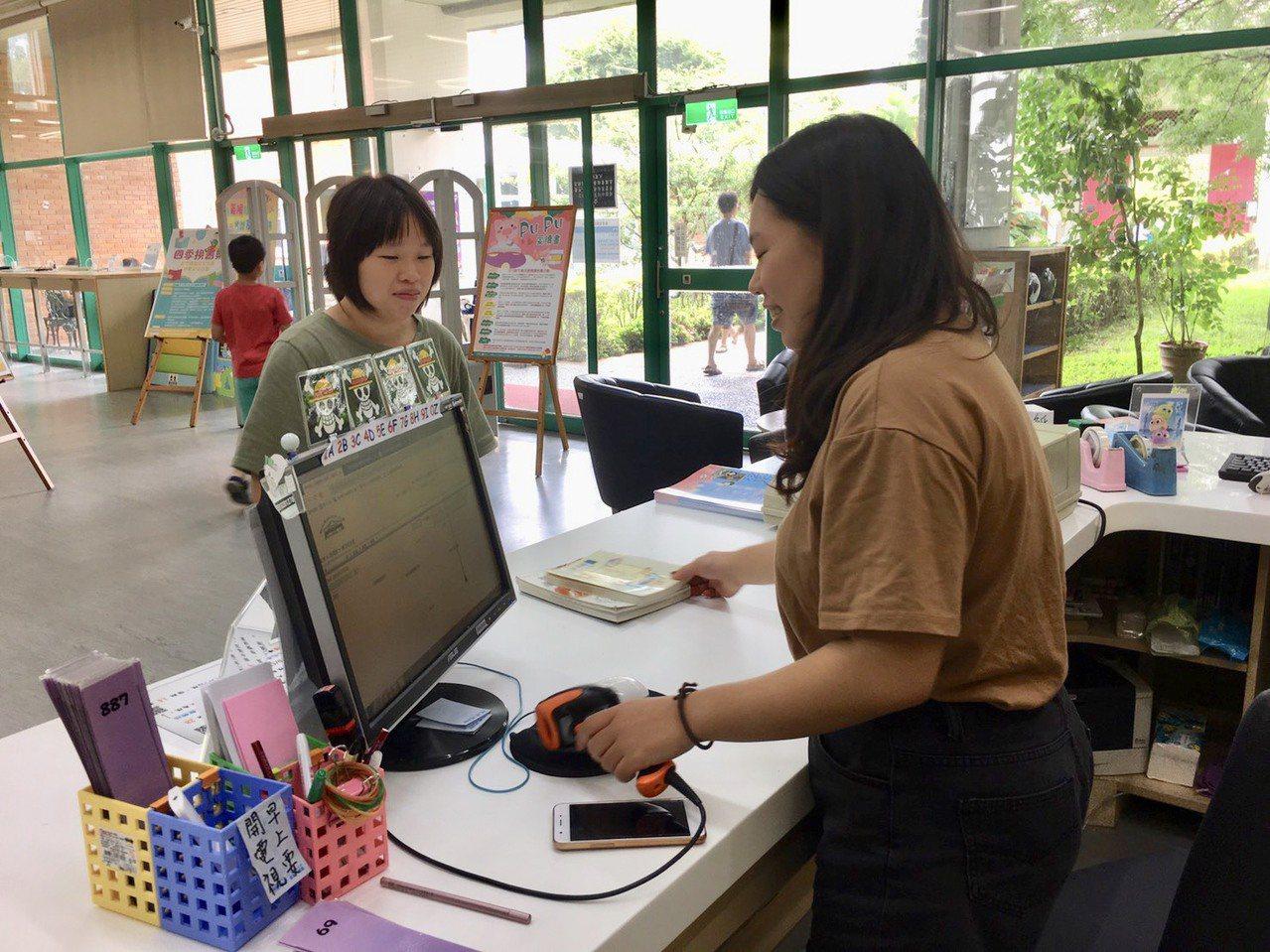 新竹縣14所公共圖書館,從今年9月24日起全面推動「圖書通閱」服務,讓民眾借書、...