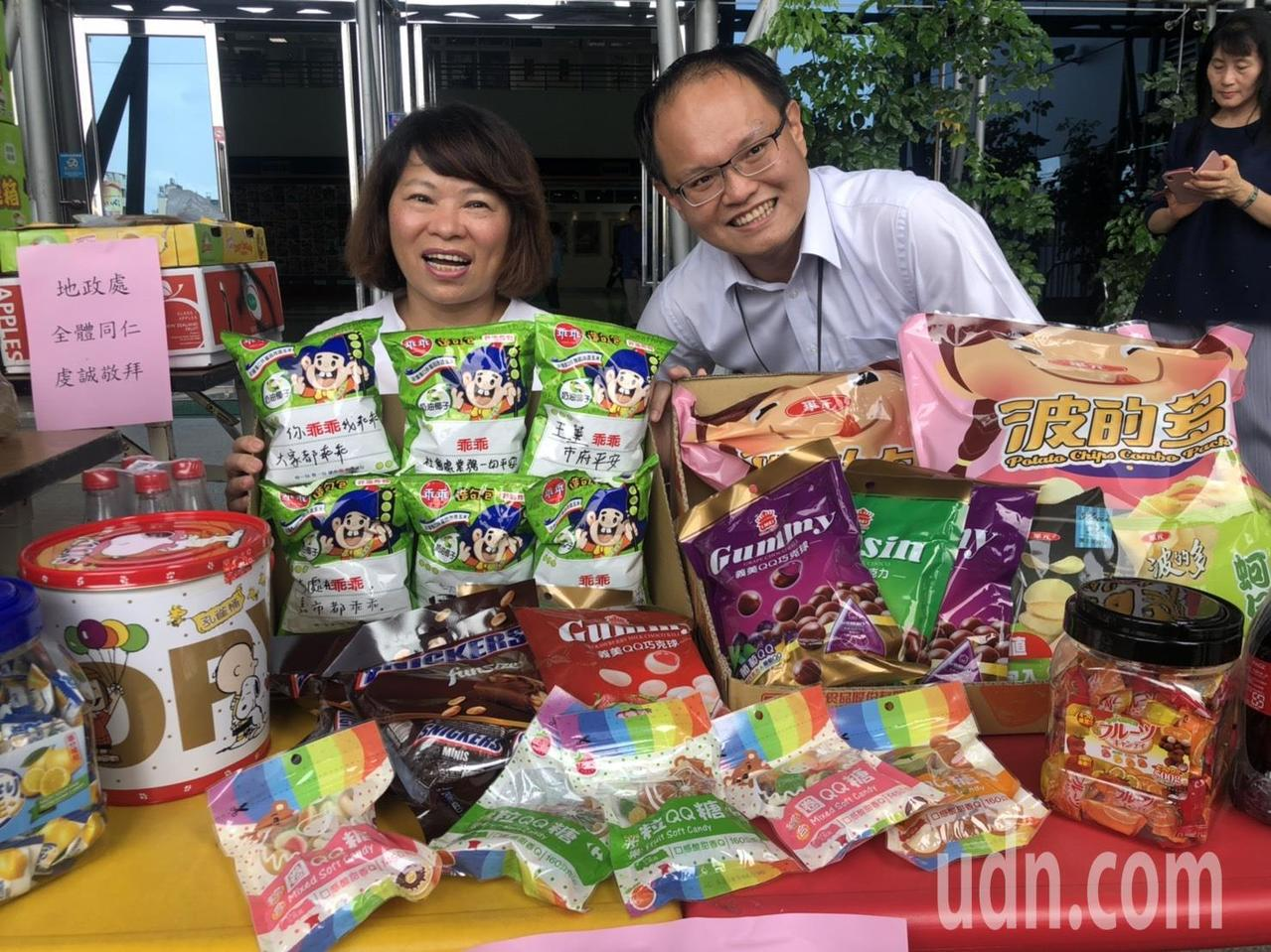 社會處長林家緯(右)為「小朋友」準備餅乾,市長黃敏惠也喊出「你乖乖,我乖乖,大家...