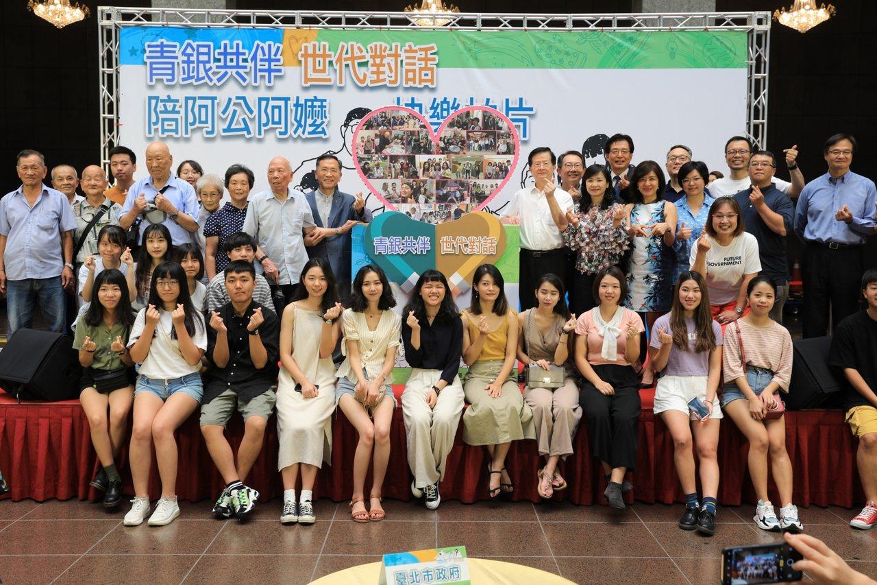 輔仁大學廣告系三年級70位師生,分成15組到大安區陪伴15名長者,拍成影片做紀錄...