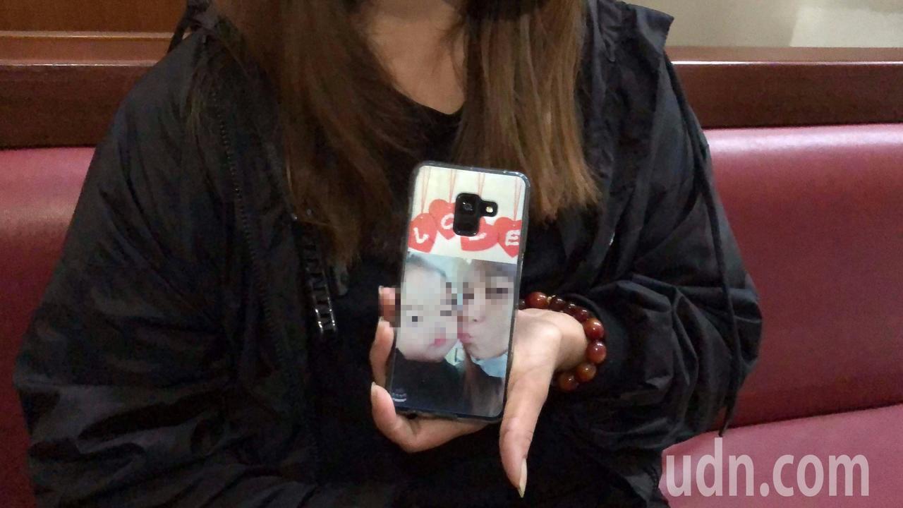 女童阿嬤把與女童合影印在手機蓋上,隨身攜帶,上午緊握它一起聆聽宣判。記者邵心杰/...