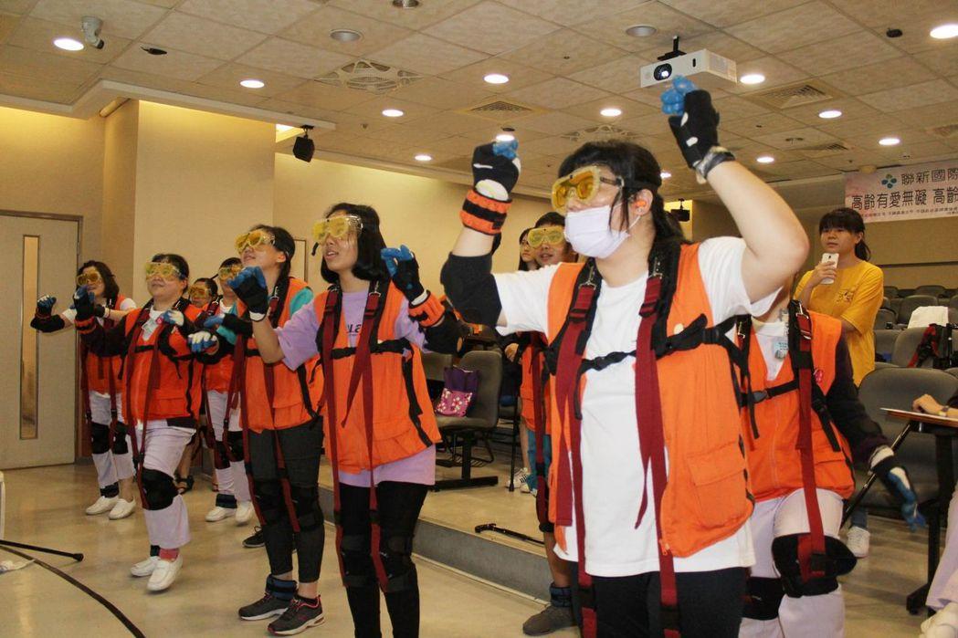 參加高齡模擬體驗民眾,穿戴上厚重特殊裝備後,搭配音樂跳健康操,幾乎所有人動作都跟...
