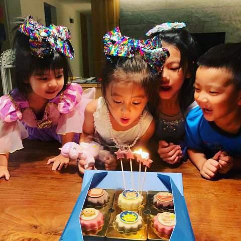 賈靜雯與修杰楷的女兒咘咘日前慶祝4歲生日,賈靜雯之前在活動上透露,還特別幫咘咘舉辦了「戒奶儀式」,今在臉書上曝光當天照片,原來特製蛋糕上也有巧思,畫了一個咘咘丟掉奶瓶的漫畫圖,還有「奶瓶Bye By...