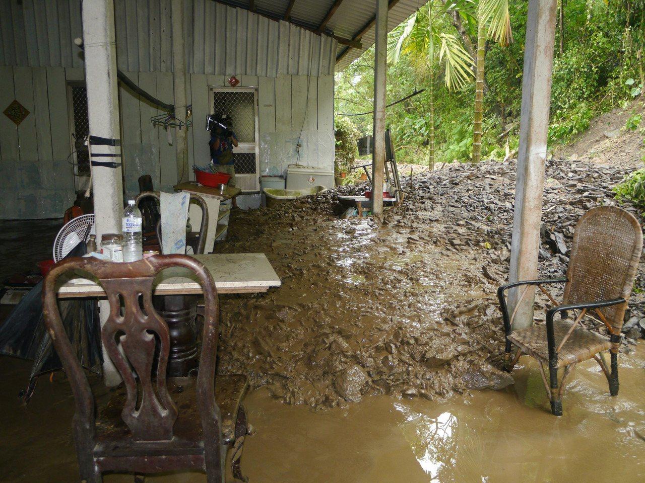 高市六龜大津發生土石流,大量泥漿灌入李姓住家。記者徐白櫻/攝影