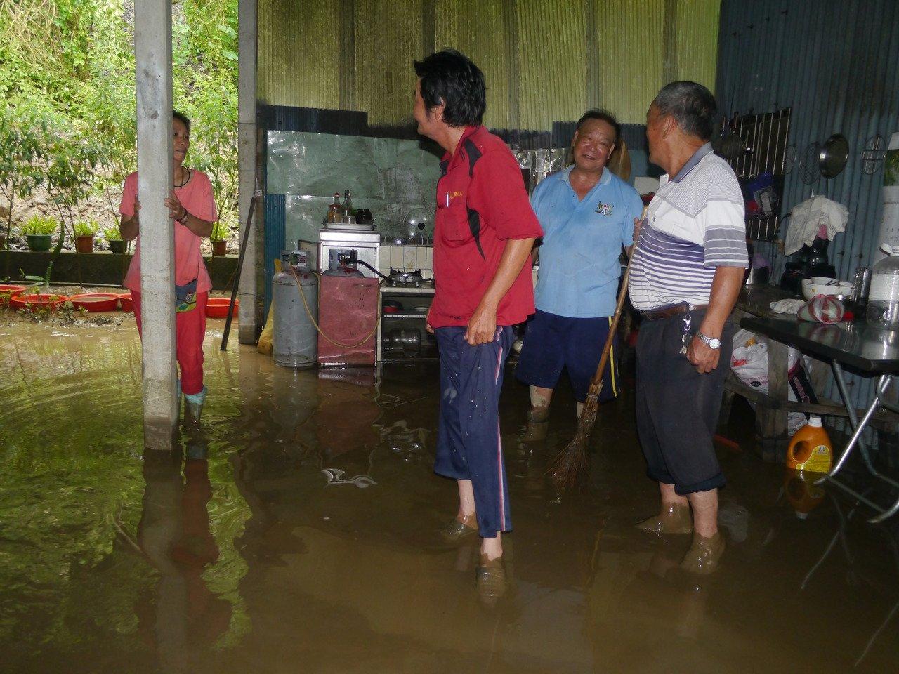 民宅內仍有積水未退,李姓夫婦要暫時撤離家園。記者徐白櫻/攝影