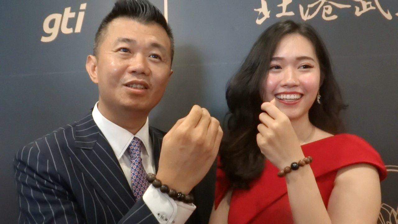 北港武德宮主委林安樂(左)親自為新創的「珠運通」佛珠一卡通代言。記者蔡維斌/攝影