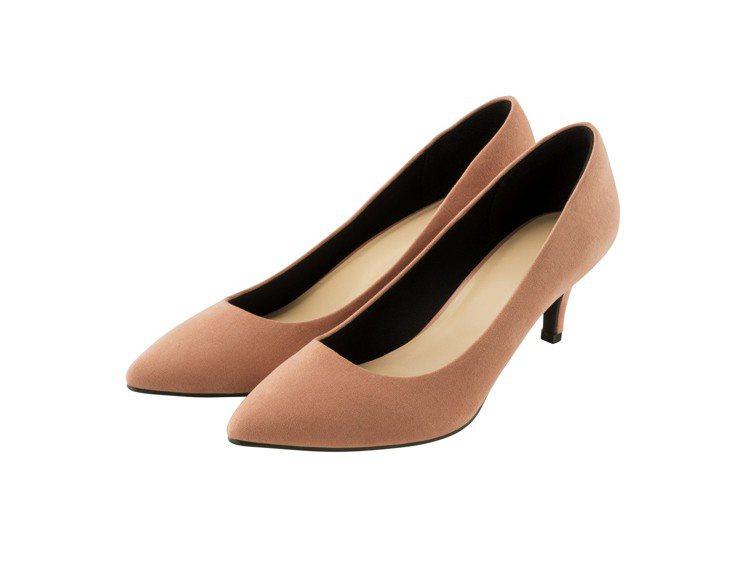 女裝棉花糖舒適尖頭平底鞋售價890元。圖/GU提供