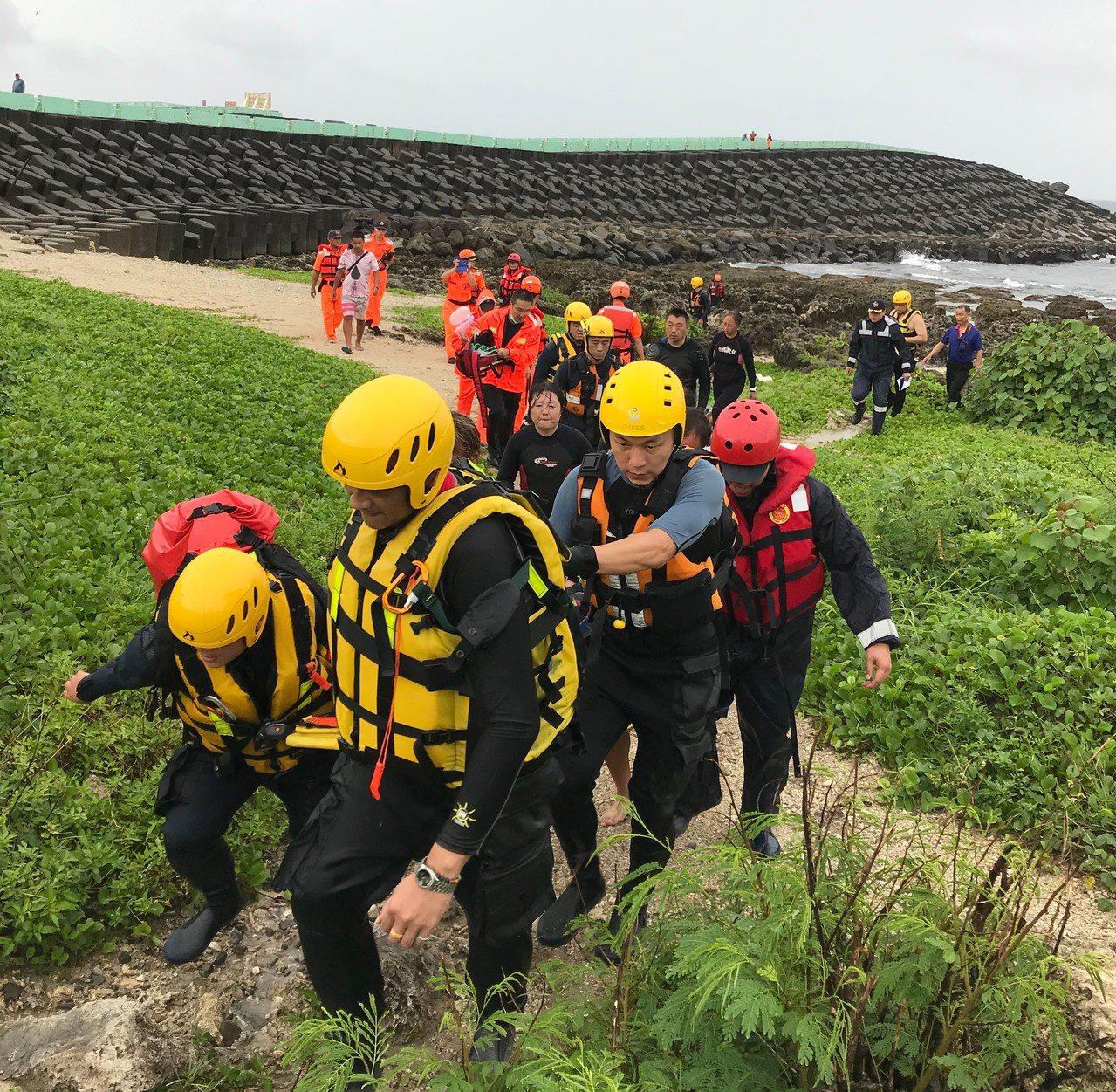 日籍潛水客在墾丁潛水時失聯,搜救人員潛水至離岸邊約30公尺處發現失聯者,下午2時...