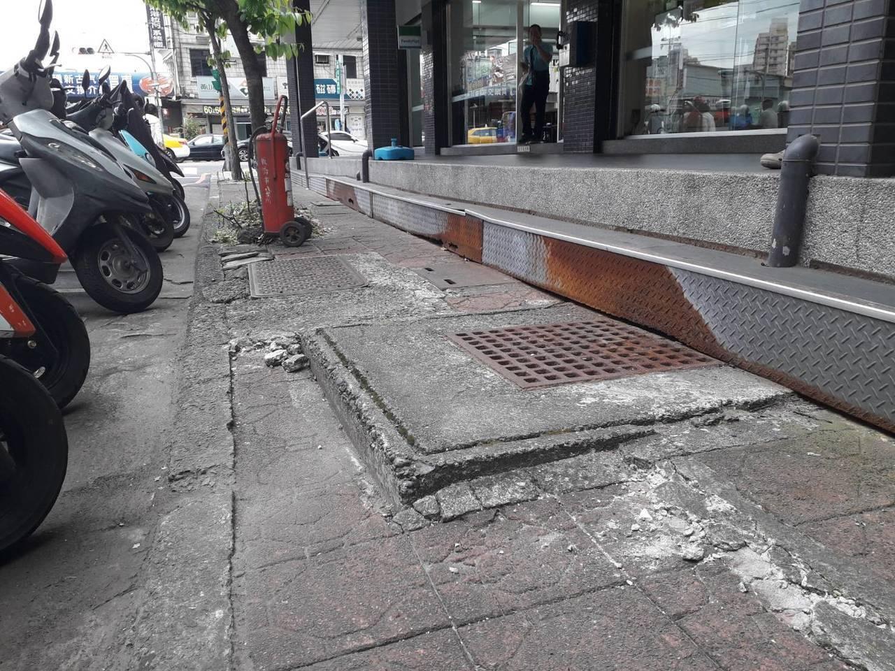 新北市板橋區廣權路1號的人行道路中間明顯高低差問題,里長反映去年曾有民眾跌倒受傷...