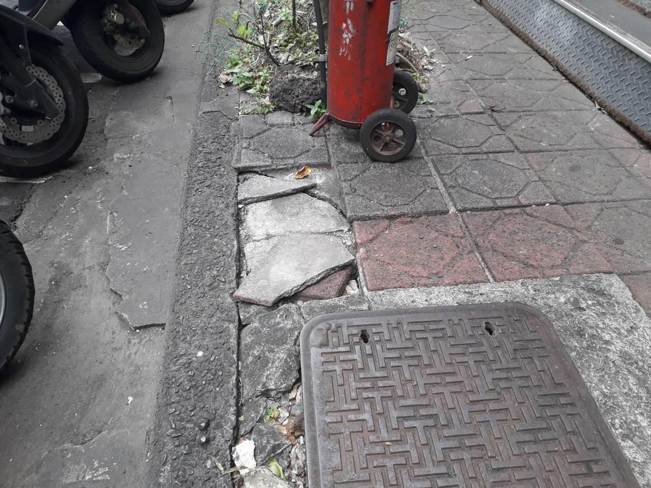 新北市板橋區廣權路1號的人行道長期有地磚鋪面不整、路中間明顯高低差問題,造成民眾...