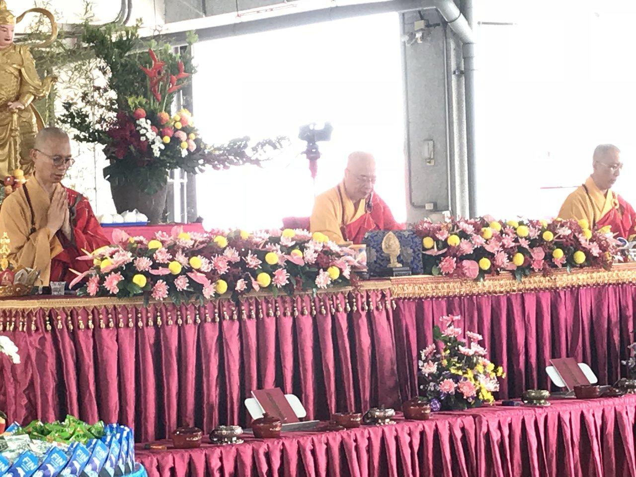 今天是農曆7月15日中元節,嘉義市漁市場舉行中元普度,由海濤師父(中)主持。記者...