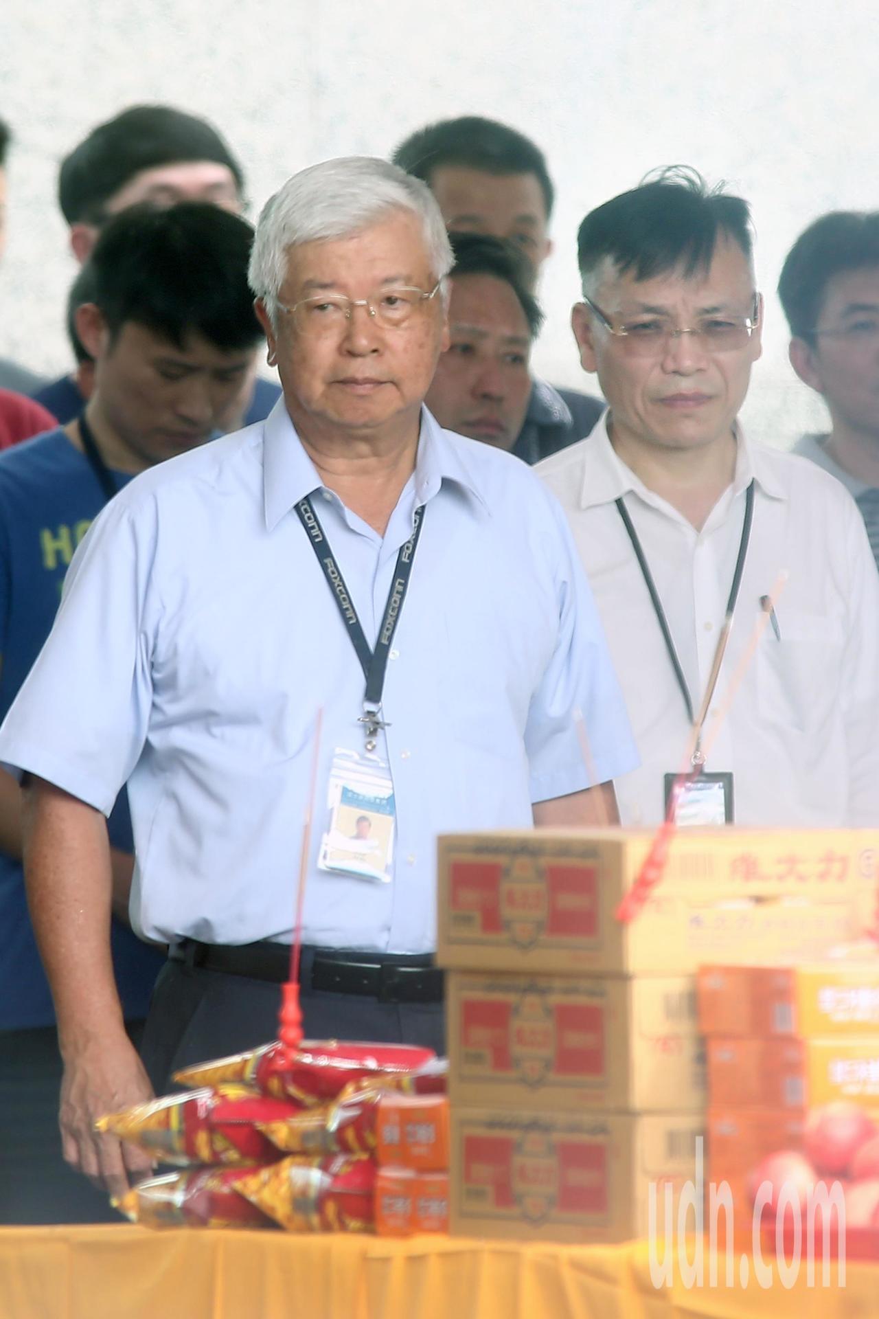 鴻海副總裁吳惠鋒(左)與鴻海經營委員會9人小組成員、夏普董事候選人林忠正(右)下...