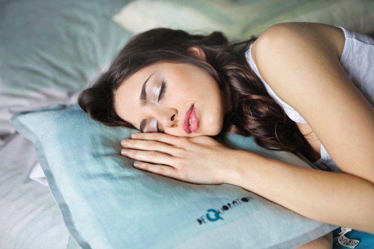 手機不要放在床頭,也可能會影響到睡眠的品質及作息。圖/摘自 pexels