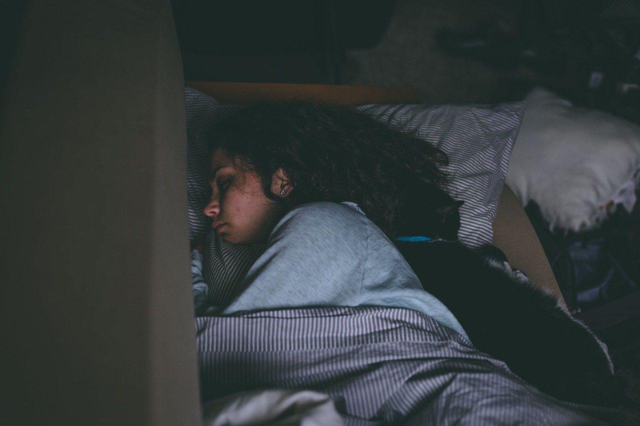 帶著濕髮睡覺,可能會影響到健康。圖/摘自 pexels
