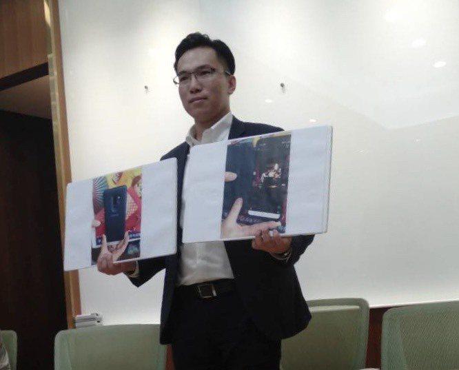 高雄市議員林智鴻出示二張手機翻拍照。記者陳熙文/攝影